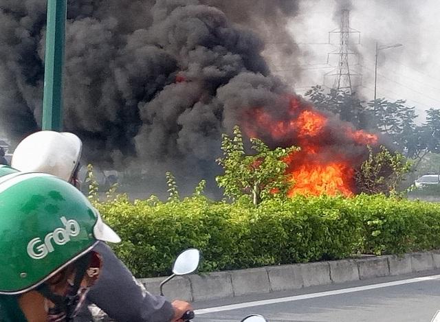 Khói lửa bao trùm chiếc xe máy (ảnh: FB Ngọc)