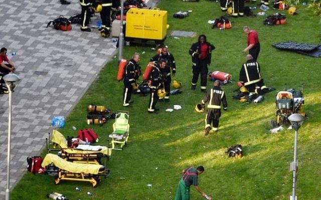 Các nhân viên cứu hộ, lính cứu hỏa tập trung gần tòa tháp. (Ảnh: Guardian)