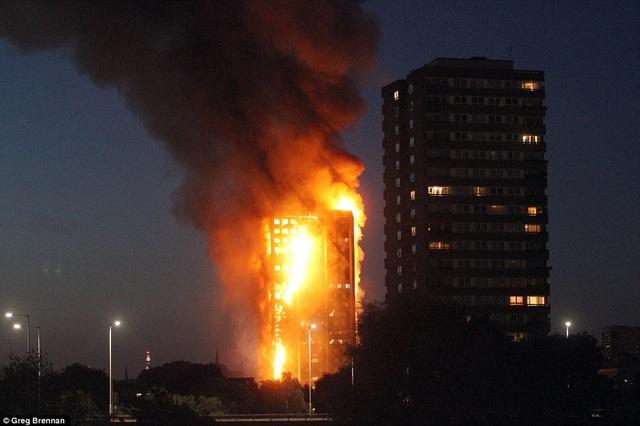 Nhìn từ xa tòa nhà bị cháy như một bó đuốc khổng lồ.