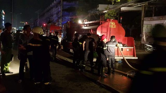 Hàng chục chiến sĩ tham gia ứng cứu, chữa cháy tại cơ sở này