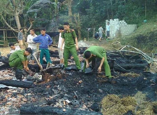 Lực lượng chức năng khám nghiệm hiện trường để xác định nguyên nhân vụ cháy