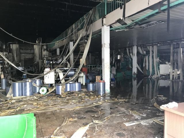 170 cảnh sát khống chế vụ cháy cực lớn tại công ty bao bì - 2