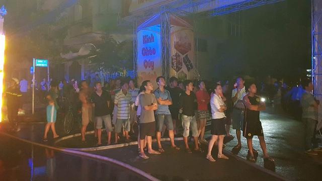 Rất đông người dân hiếu kỳ tập trung xe lực lượng chức năng chữa cháy