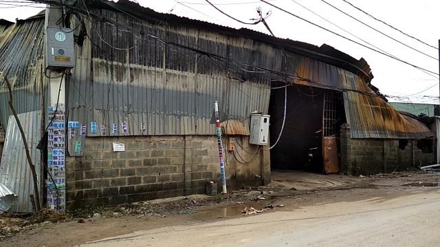 Sáng nay, bên trong nhà xưởng vẫn còn khói âm ỉ, nhà xưởng gần như đổ sập hoàn toàn