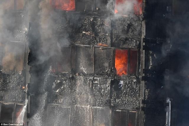 Tòa nhà bị hư hỏng nặng sau vụ hỏa hoạn kinh hoàng (Ảnh: LNP)