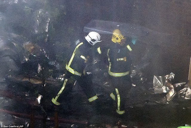 Lực lượng cứu hỏa đang làm việc miệt mài tại hiện trường vụ hỏa hoạn (Ảnh: LNP)