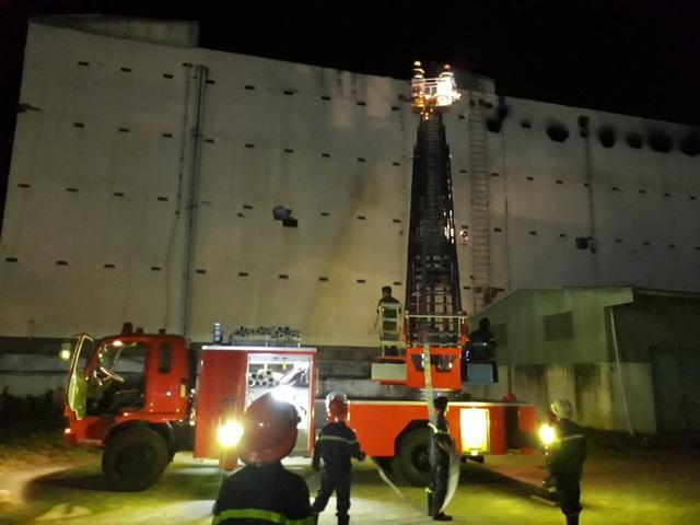 21h15: Một xe thang của tỉnh Hậu Giang được điều bổ sung đến hiện trường vụ cháy, hỗ trợ làm mát từ phía sau của tòa nhà. (Ảnh: Phạm Tâm)