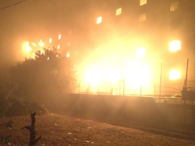 Tòa nhà phía sau của công ty đang bốc cháy