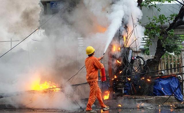 Lực lượng chức năng khống chế đám cháy.