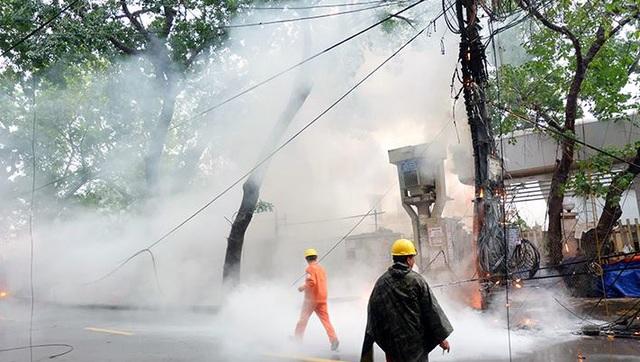 Hà Nội: Cột điện bốc cháy dữ dội giữa cơn mưa - 2
