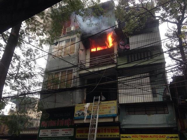 Đám cháy bùng phát từ tầng 3 của ngôi nhà này...