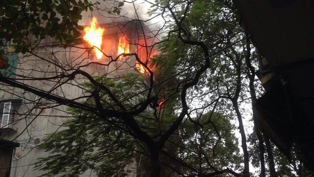 ... sau đó ngọn lửa lan lên tầng 4 và lan sang nhà bên cạnh.