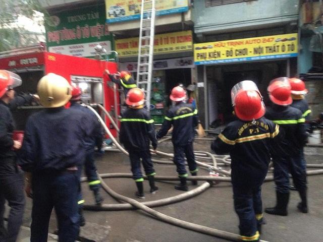 Phải đến 17h30 cùng ngày, lực lượng chữa cháy mới khống chế được ngọn lửa.