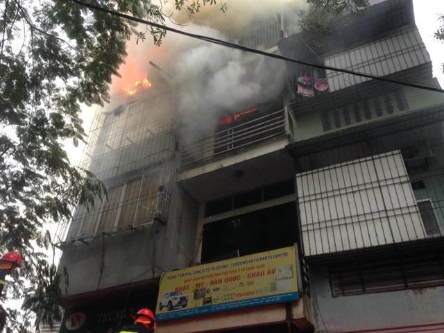 Hà Nội: Ngôi nhà 4 tầng trên phố bốc cháy dữ dội - 2