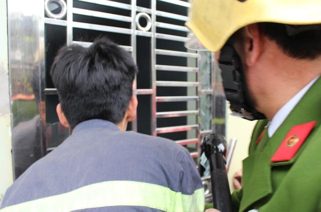 Lực lượng cứu hỏa phá cửa để vào tiếp cận khu vực bị cháy.
