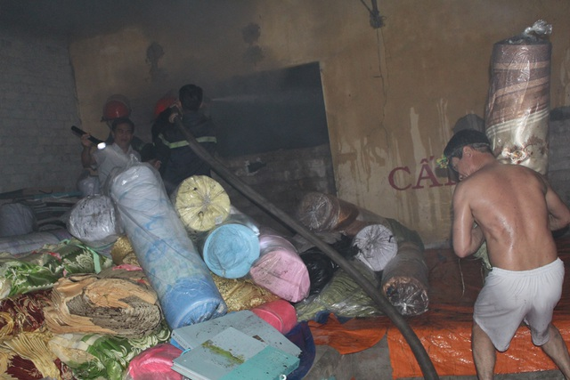 Các chủ kho hàng cùng người dân sơ tán hàng hóa đến khu vực an toàn