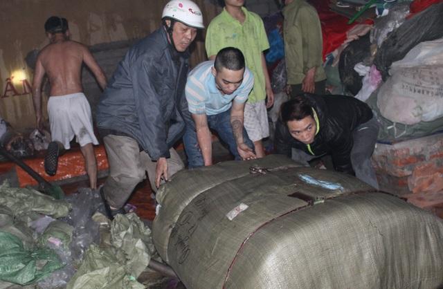 Người dân hốt hoảng sơ tán hàng hóa vì vụ cháy lúc rạng sáng - 4