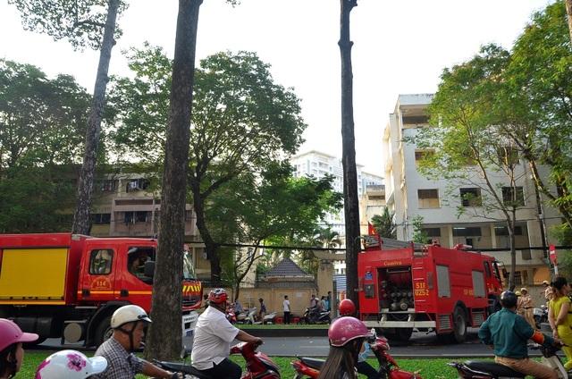 Cháy bãi xe ký túc xá Đại học Y dược, sinh viên cuống cuồng di dời tài sản - 2