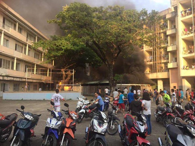 Hiện trường vụ cháy bãi xe bên trong KTX Đại học Y dược TPHCM (ảnh Facebook)