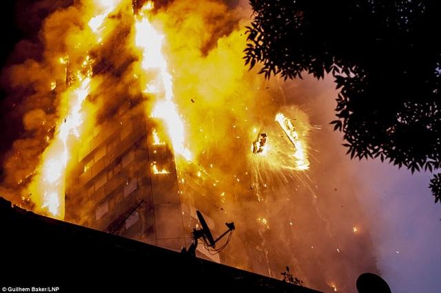 Ngọn lửa bao trùm tòa nhà trong vòng 15 phút. (Ảnh: Dailymail)