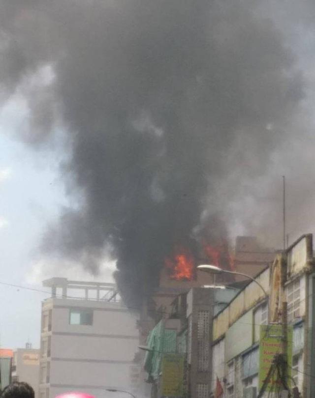 Cháy nhà 5 tầng, điều lính cứu hỏa của 3 quận tới dập lửa - 4