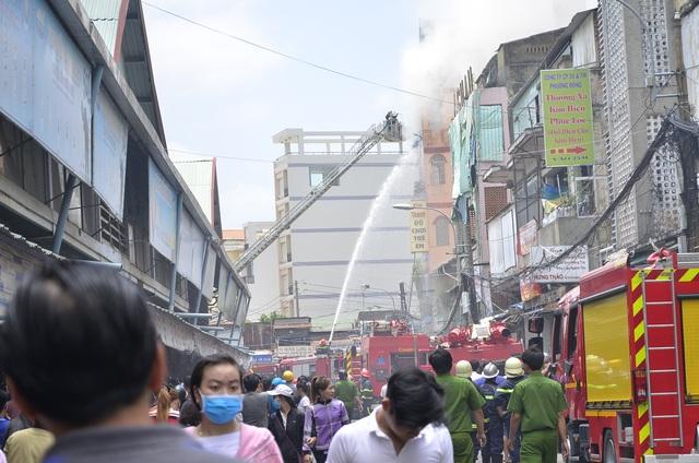 Cháy nhà 5 tầng, điều lính cứu hỏa của 3 quận tới dập lửa - 6