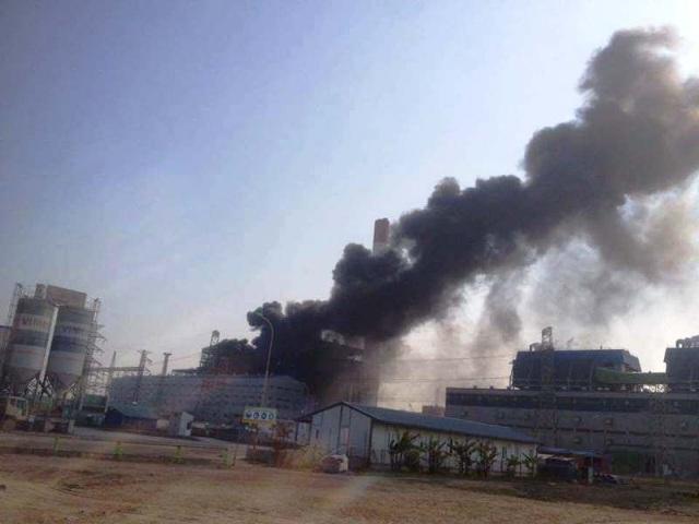 Cột khói bốc cao tại một tòa nhà đang xây dựng thuộc công trình nhà máy Nhiệt điện Thái Bình 2