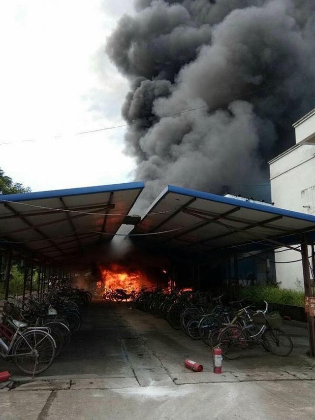 Hình ảnh nhà để xe cháy rực.