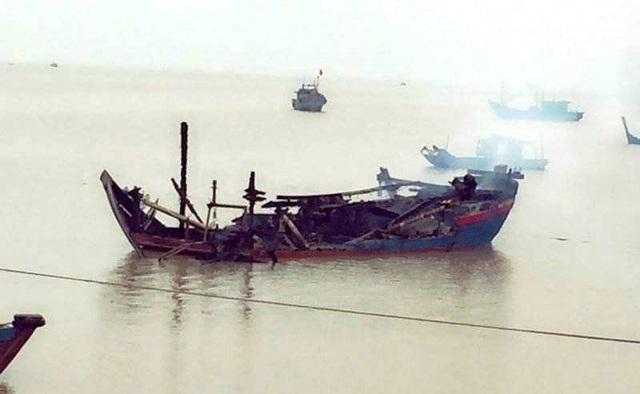 Một trong 3 chiếc tàu cá của ngư dân bị lửa thiêu rụi hoàn toàn