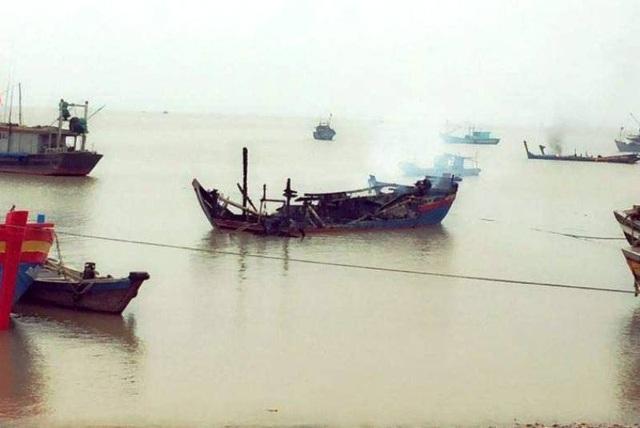 Ngư dân mất hàng tỷ đồng vì 3 tàu cá bốc cháy trong đêm - 2