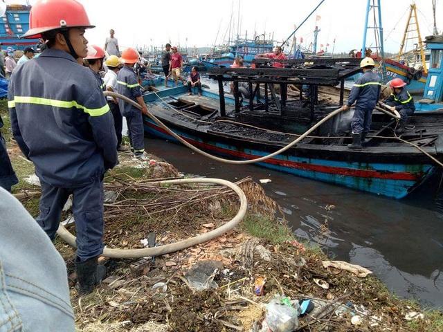 Lực lượng chức năng tiếp cận điều tra nguyên nhân vụ cháy.