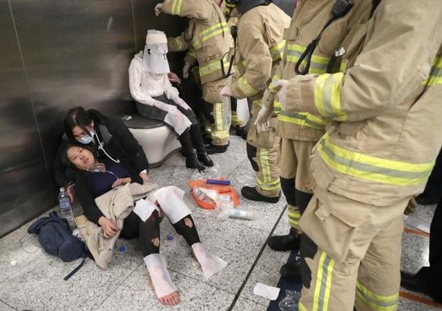 Những người bị thương được sơ cứu tại hiện trường (Ảnh: Reuters)