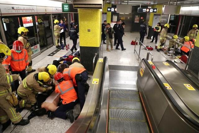 Lực lượng cứu hộ sơ cứu những người bị thương tại hiện trường (Ảnh: Reuters)