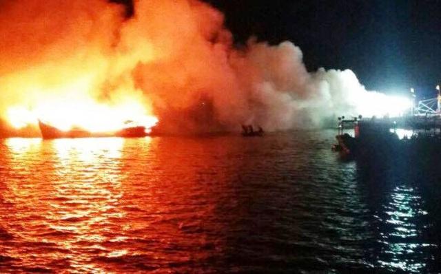 3 tàu cá của ngư dân huyện Phù Mỹ (Bình Định) bất ngờ bốc cháy dữ dội rạng sáng 17/2