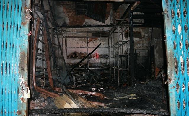 Cửa hàng ắc quy bị cháy rụi