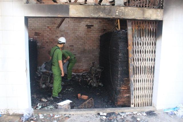 Cảnh sát Phòng Pháp chế điều tra, xử lý về cháy nổ (Cảnh sát PCCC TPHCM) khám nghiệm hiện trường (Ảnh: Cảnh sát PCCC cung cấp)