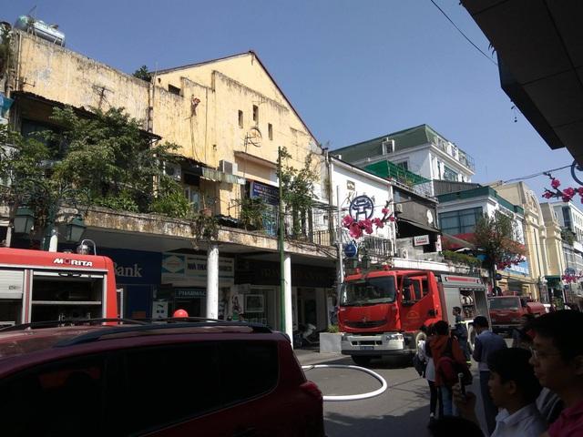Lực lượng chữa cháy tiếp cận căn nhà cháy trên phố Đinh Lễ từ phía tòa nhà 56 Tràng Tiền