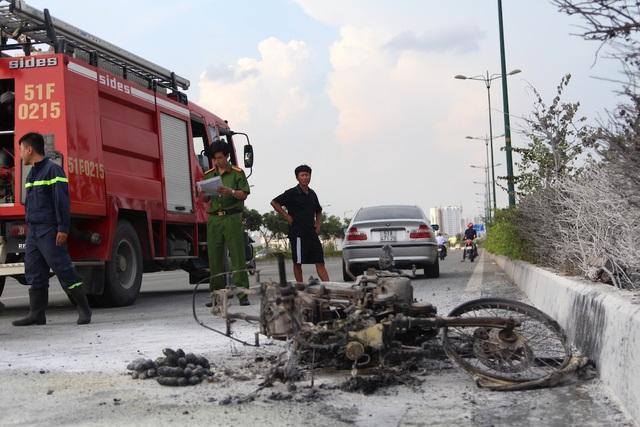 Xe máy chở 2 can xăng bốc cháy ngùn ngụt trên đường - 3