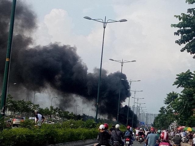 Xe máy chở 2 can xăng bốc cháy ngùn ngụt trên đường - 1