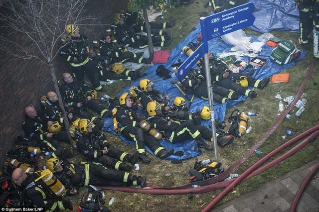Hơn 200 lính cứu hỏa vẫn nỗ lực dập tắt đám cháy và đưa những người mắc kẹt ra ngoài. (Ảnh: Dailymail)