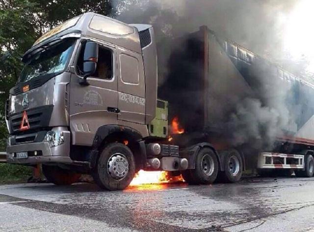 Chiếc xe bất ngờ bốc cháy. (Ảnh X.V)
