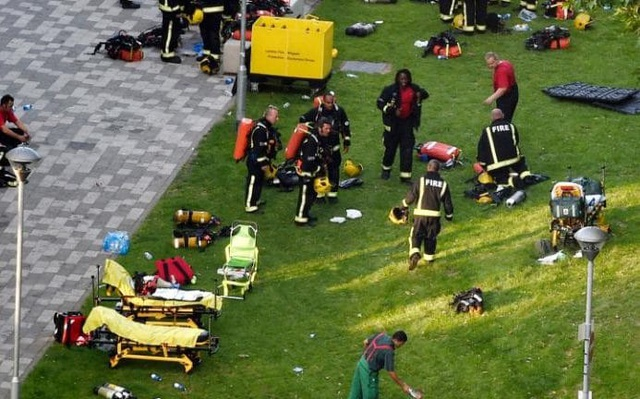 Công tác cứu hộ tại hiện trường vụ cháy. (Ảnh: EPA)