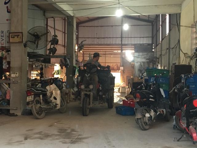 Xe ba gác chở hàng tới các xưởng hàng chục chuyến mỗi ngày