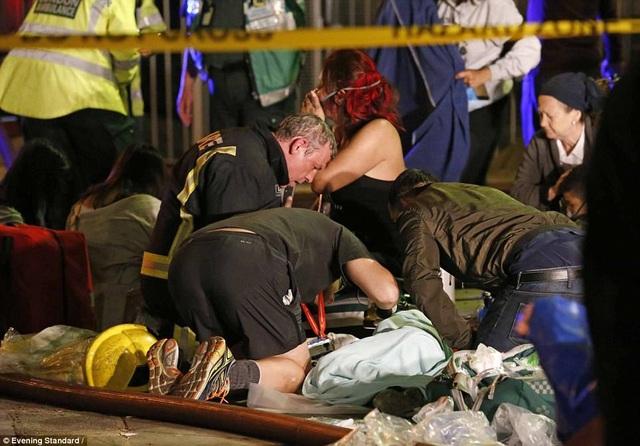 Hơn 74 người bị thương, trong đó khoảng 20 người bị thương nặng. (Ảnh: Evening Standard)