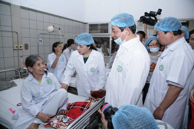 Bệnh nhân vụ sốc tập thể khi chạy thận được chuyển về BV Bạch Mai. Ảnh: Thế Anh