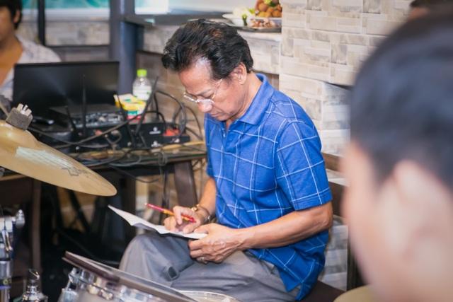 Dù rất căng thăng trong buổi tập luyện nhưng Chế Linh rất hài lòng với những phần biểu diễn của các con. Cách đây vài năm, khi Chế Linh mới trở về Việt Nam, ông cũng từng có phần hợp ca trên sân khấu cùng các con khiến khán giả vô cùng xúc động. Chính vì vậy, sự kết hợp trở lại này sau nhiều năm đang được khán giả rất háo hức chờ đợi.