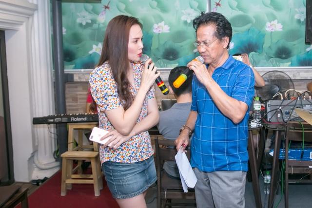 Cũng trong buổi tập, Chế Linh đã có phần hát song ca đầy tình cảm với Lê Trinh - vợ ca sĩ Lê Anh Dũng. Khi bị trêu đùa về sự cách biệt tuổi tác, Chế Linh cười giòn giải thích, tuổi tác chỉ là trải nghiệm năm tháng, riêng tâm hồn ông mãi mãi ở tuổi 20.
