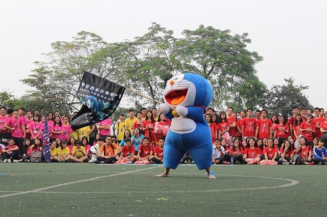 Chú mèo máy Doraemon xuất hiện giữa sân của cuộc thi nhảy cổ động
