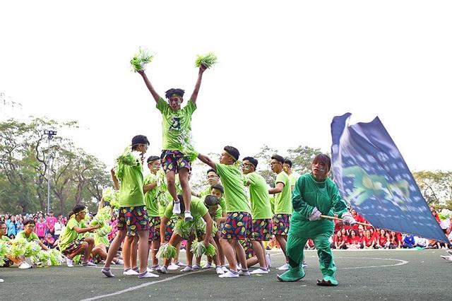 Những chàng trai đại diện cho nhà A diện quần sooc hoa quả đầy tinh nghịch và trình diễn màn vũ đạo sôi động