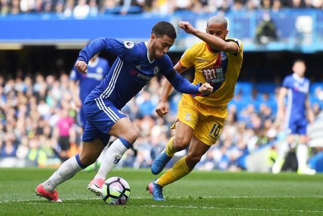 Hazard (trái) vẫn thi đấu nổi bật nhất trong đội hình Chelsea